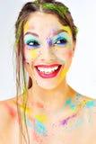 verrassing Mooi benieuwd zijnd glimlachend meisje met kleurrijke verf s Royalty-vrije Stock Afbeeldingen