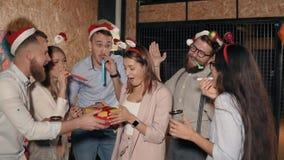 Verrassing op Kerstmispartij stock videobeelden