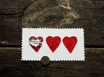 Verrassing van drie harten op een houten achtergrond op de Dag van Valentine ` s Stock Afbeeldingen