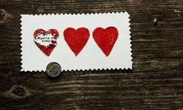 Verrassing van drie harten op een houten achtergrond op de Dag van Valentine ` s Royalty-vrije Stock Foto's