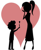 Verrassingsmamma (tulp van een jongen aan zijn moeder met silhouetten)! Stock Foto's