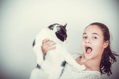 Verrassingsmeisje met kat stock afbeeldingen