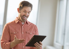 Verrassingsmens die Digitale Tablet gebruiken Stock Fotografie