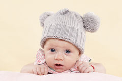 Verrast babymeisje met kop. Stock Fotografie
