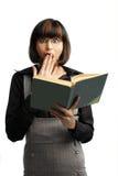 Verrast donkerbruin schoolmeisje dat voor kijkt Stock Foto