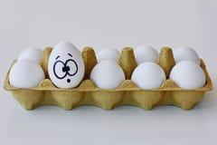 Verrast ei in een kartondoos royalty-vrije stock foto