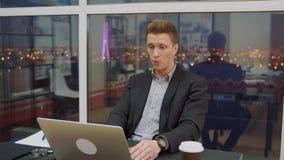 Verrast het bedrijfsmens letten op stuitend nieuws in laptop computer in bureau stock videobeelden