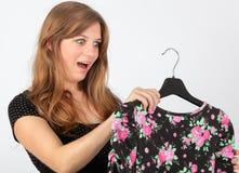 Verrast meisje dat bij kleding staart Royalty-vrije Stock Fotografie