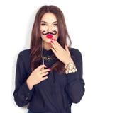 Verrast meisje die grappige snor op stok houden royalty-vrije stock fotografie