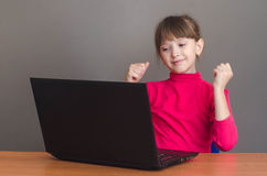 Verrast meisje het bekijken laptop Royalty-vrije Stock Afbeeldingen