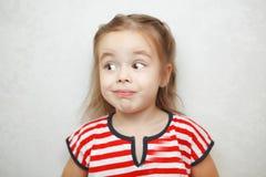 Verrast meisje met de overspannen foto van het wenkbrauwenportret Royalty-vrije Stock Afbeelding
