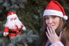 Verrast meisje met de pop van de Kerstman Royalty-vrije Stock Fotografie