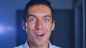 Verrast mensengezicht Sluit omhoog van de geschokte uitdrukking van het zakenmangezicht Wauw mannelijk emotieportret stock video
