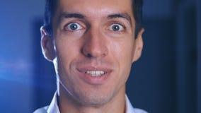 Verrast mensengezicht Sluit omhoog van de geschokte uitdrukking van het zakenmangezicht Wauw mannelijk emotieportret stock footage