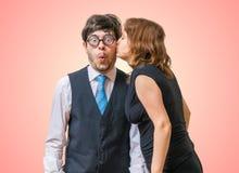 Verrast nerd wordt gekust door mooie vrouw stock afbeeldingen