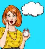 Verrast Pop-artmeisje met klok met gedachte bel Het uitstekende etiket van de theetijd De kaart van de verjaardag Hollywood, film Royalty-vrije Stock Foto