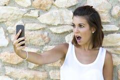 Verrast voor mobiel Stock Foto