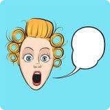 Verrast vrouwengezicht met toespraakbel Stock Foto's