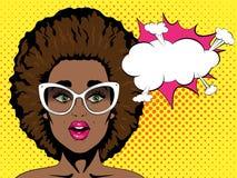 Verraste Afrikaanse vrouw met open mond en afrokapsel in glazen en toespraakbel Pop-art retro grappige stijl Royalty-vrije Stock Foto's