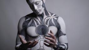 Verraste androïde met witte ogen beweegt mechanisch de menselijke handen stock footage