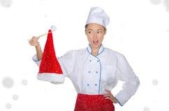 Verraste Aziatische chef-kok in Kerstmis GLB met eetstokjes onder sneeuw royalty-vrije stock afbeelding