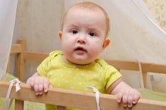 Verraste baby in een wieg Stock Foto's