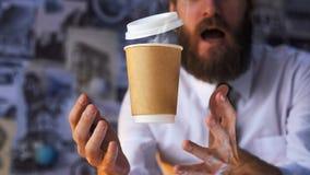 Verraste Barista en Hete Levitatie ondergaande Kop van Koffie royalty-vrije stock foto
