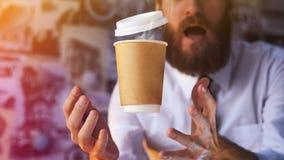 Verraste Barista en Hete Levitatie ondergaande Kop van Koffie royalty-vrije stock fotografie