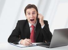 Verraste bedrijfsmens die op telefoon spreekt royalty-vrije stock afbeeldingen