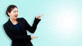 Verraste bedrijfsvrouw die en aan de kant richten kijken royalty-vrije stock fotografie