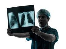 Verraste de radioloog van de artsenchirurg het onderzoeken van x-Ra van het longtorso Stock Foto