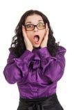 Verraste donkerbruine vrouw die overhemd, rok en glazen dragen Royalty-vrije Stock Foto