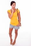 Verraste donkerbruine vrouw met bruine handtas Royalty-vrije Stock Afbeelding