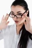 Verraste, gekke jonge vrouwenholding oogglazen en nemen clos Stock Foto's