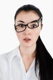Verraste, gekke jonge vrouwenholding oogglazen en nemen clos Stock Fotografie