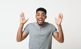 Verraste gelukkige Afrikaans-Amerikaan die handen naar te begroeten camera trekken royalty-vrije stock foto