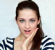 Verraste gelukkige glimlachende jonge vrouw royalty-vrije stock afbeeldingen