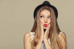 Verraste gelukkige mooie jonge vrouw die omhoog in opwinding kijken Maniermeisje in hoed Stock Afbeeldingen