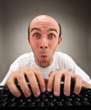 Verraste grappige nerd die aan computer werkt Royalty-vrije Stock Foto