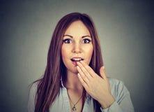 Verraste het portret verbaasde jonge vrouw Stock Foto