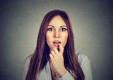 Verraste het portret verbaasde jonge vrouw Stock Fotografie