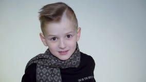 Verraste jonge jongen die en bij camera complainting debatteren stock footage
