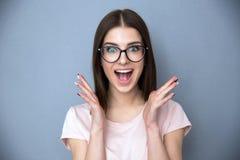 Verraste jonge vrouw in glazen Royalty-vrije Stock Fotografie
