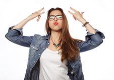 Verraste jonge vrouw in glazen over witte achtergrond royalty-vrije stock foto