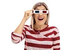 Verraste jonge vrouw met een paar 3D glazen Stock Foto