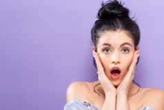 Verraste jonge vrouw op een heldere achtergrond Royalty-vrije Stock Afbeelding