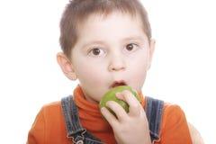 Verraste jongen met groene appel Stock Foto