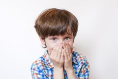 Verraste jongen op witte achtergrond Stock Fotografie