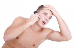 Verraste kerel op celtelefoon Stock Afbeelding