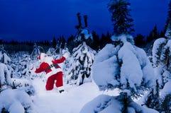 Verraste Kerstman bij de winter stock afbeelding